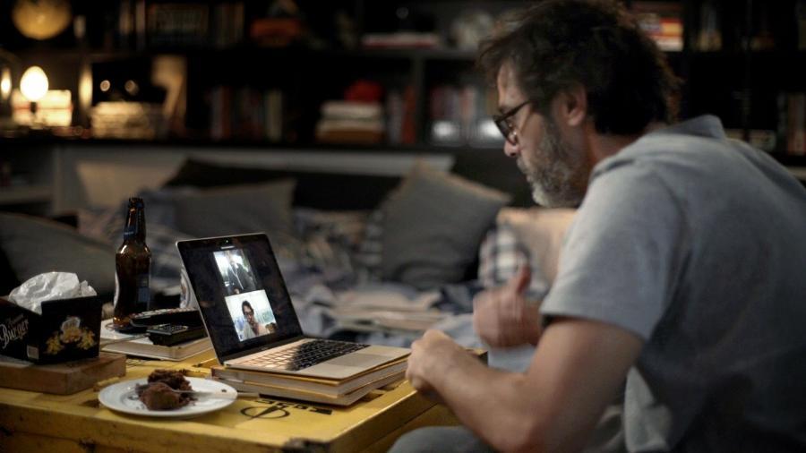 """Murilo, personsagem de Bruno Mazzeo, conversa por videoconferência na série """"Diário de um Confinado"""" - Divulgação/Globo"""