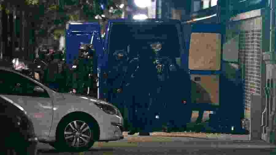Policiais da Raid, tropa de elite francesa, em frente ao banco onde um sequestrador manteve seis reféns ao longo do dia - Sameer Al-Doumy/AFP