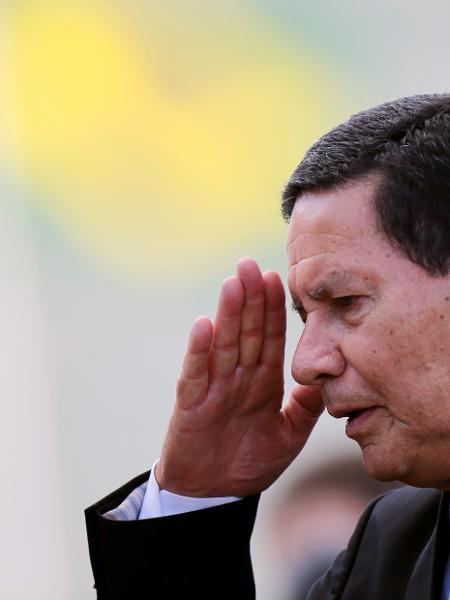 Vice-presidente Hamilton Mourão do lado de fora do Palãcio do Planalto -