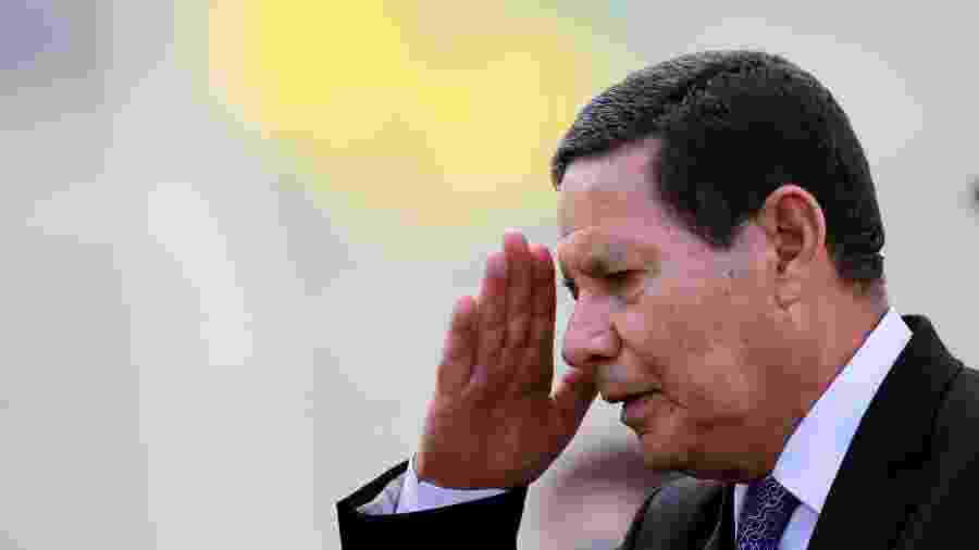Vice-presidente Hamilton Mourão do lado de fora do Palãcio do Planalto -