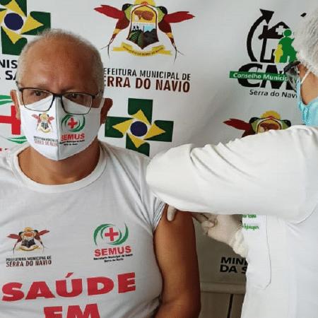 O secretário de Saúde de Serra do Navio (AP), Randolph Scoot, toma vacina contra a covid - Reprodução