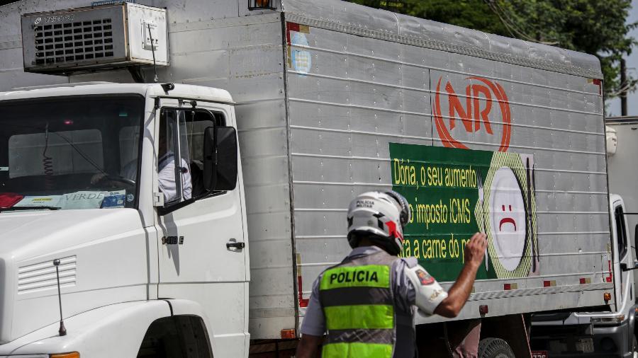 27 jan. 2021 - Caminhoneiros do setor frigorífico protestam contra aumento do ICMS em São Paulo - Suamy Beydoun/AGIF - Agência de Fotografia/Estadão Conteúdo