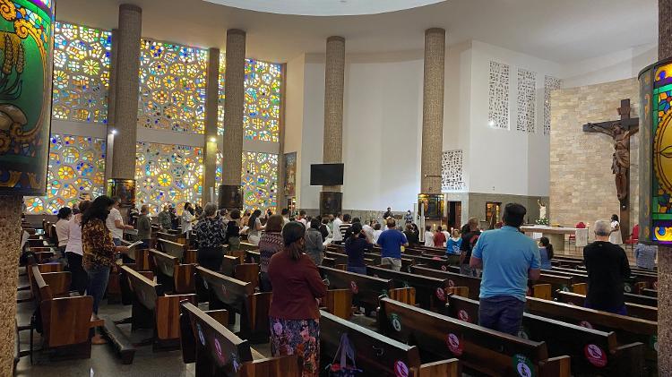 Fiéis assistem missa na paróquia São Judas Tadeu - Anahi Martinho/UOL - Anahi Martinho/UOL
