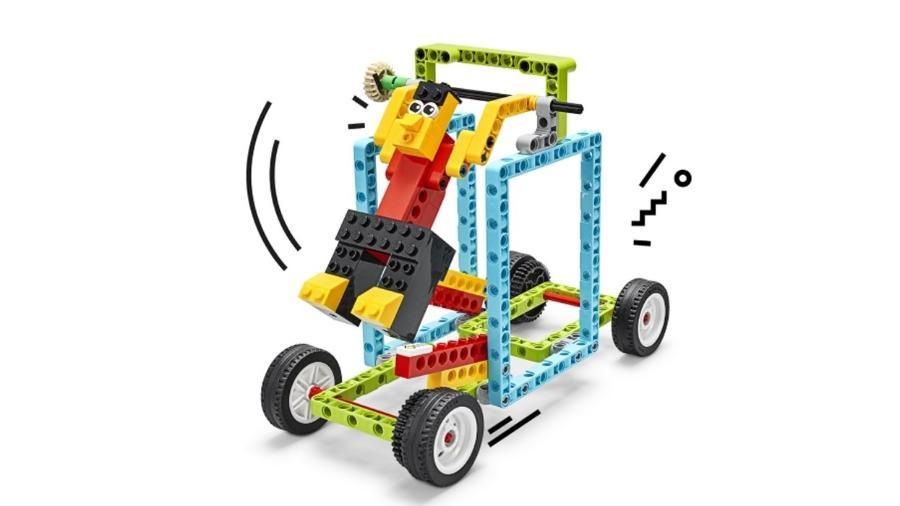 Conforme ginasta se movimenta, o carrinho anda para frente ou para trás - Reprodução