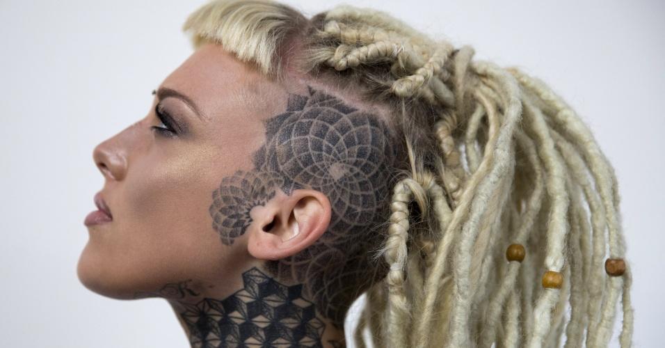 26.set.2015 - Lauren Brock, uma entusiasta da tatuagem, exibe as pinturas em seu corpo durante a Convenção Internacional de Tatuagem de Londres, no Reino Unido