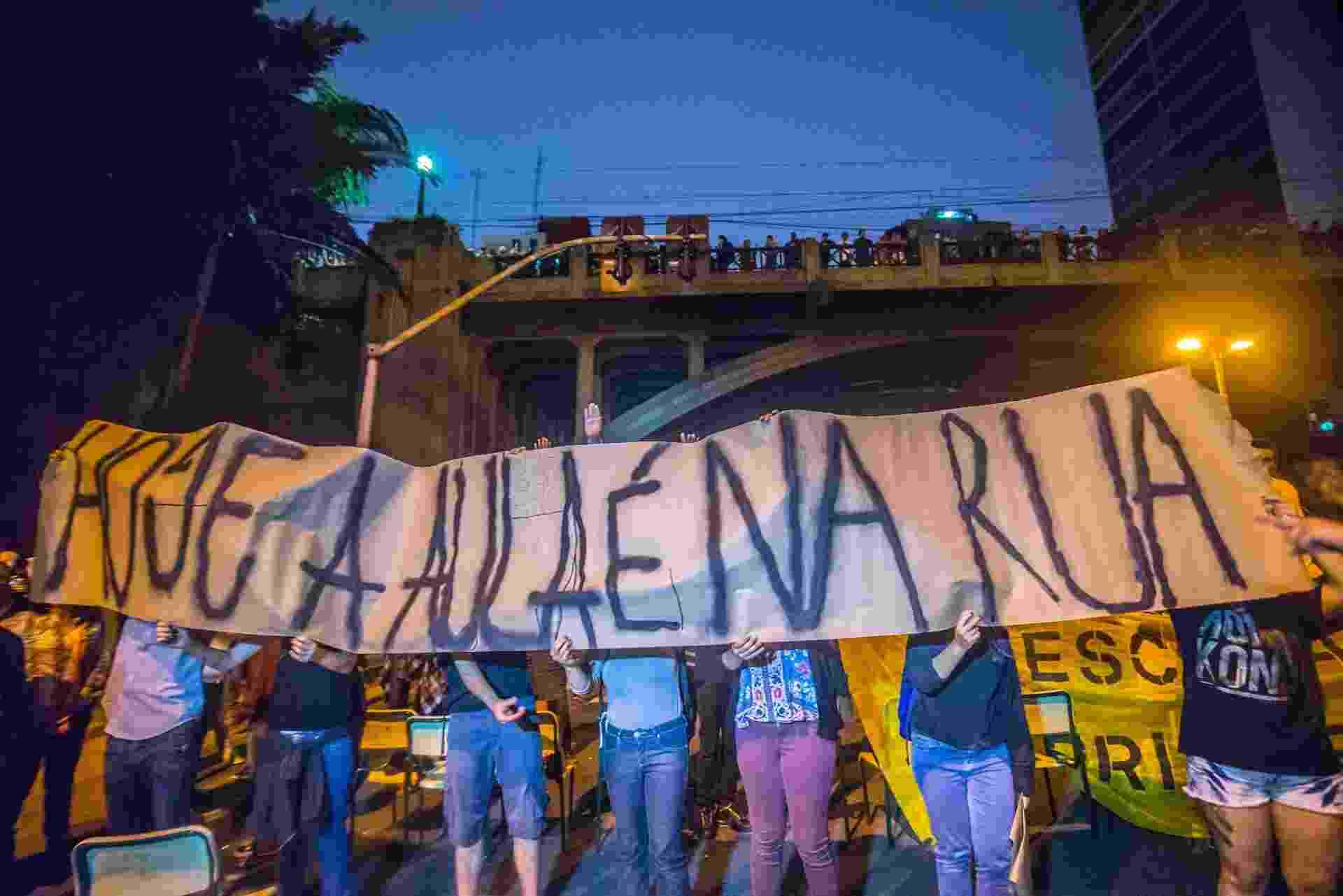 1º.dez.2015 - Estudantes bloqueiam no começo da noite desta terça-feira a avenida 9 de julho na altura do número 900, em ambos os sentidos, de acordo com a CET (Companhia de Engenharia de Tráfego). Os manifestantes protestam contra a reorganização escolar proposta pelo governo Geraldo Alckmin (PSDB). A medida terá como consequência o fechamento de 93 escolas e tem causado protestos diários, além da ocupação de cerca de 200 escolas por estudantes e movimentos sociais - Cris Faga/Fox Press Photo/Estadão Conteúdo