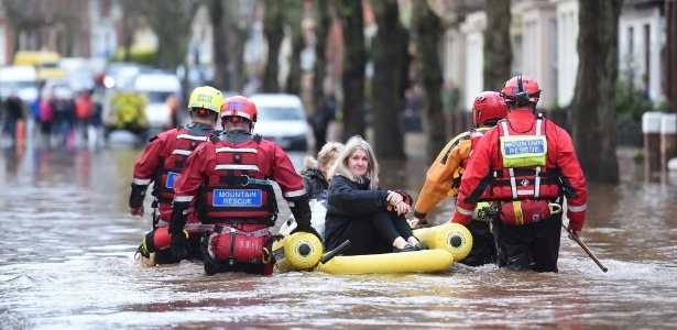 Equipes de resgate retiram moradores de Carlisle durante enchente em dezembro de 2015
