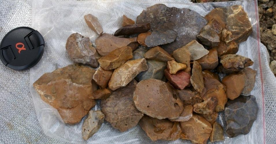 13.jan.2016 - Artefatos de pedra foram encontrados espalhadas sobre a superfície de cascalho próximo a Talepu, na ilha indonesa de Sulawesi. Cientistas anunciaram a descoberta de ferramentas de pedra de pelo menos 118 mil anos, indicando uma presença humana. Eles disseram que nenhum fóssil desses indivíduos foram encontrados perto dos artefatos, o que deixa a identidade dos produtores das ferramentas em um completo mistério