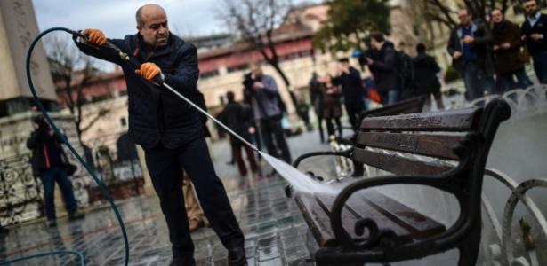 Funcionário municipal limpa banco em local de atentado em Istambul, na Turquia