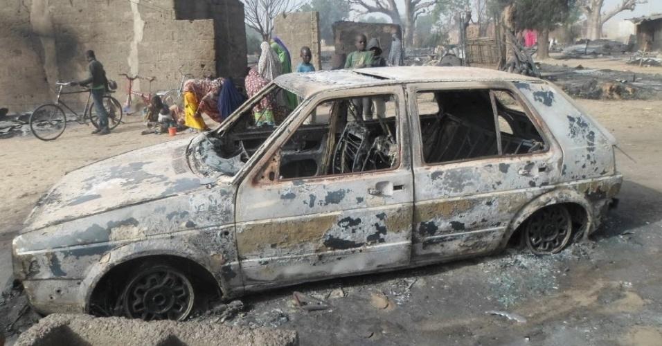 31.jan.2016 - Ataque do grupo terrorista Boko Haram deixa carro destruído na vila de Dalori, Nigéria, neste domingo (31). Uma testemunha afirmou ter visto os extremistas  e ouvido gritos de crianças entre as vítimas, que foram queimadas vivas