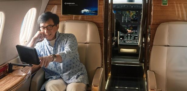 O ator Jackie Chan em seu jato executivo Legacy 500, da Embraer - Divulgação