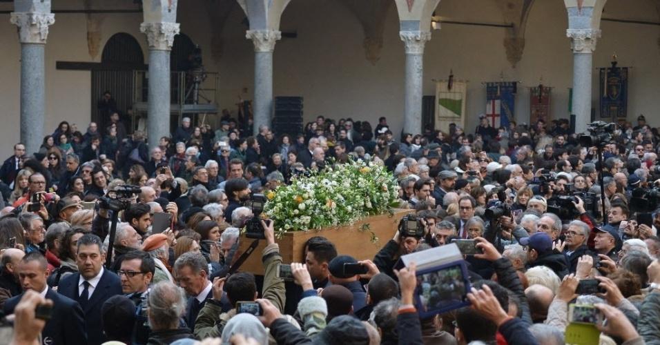 23.fev.2016 - Multidão se aglomera em torno do caixão do escritor, filósofo e semiólogo italiano Umberto Eco. Centenas de pessoas foram ao castelo Sforzesco de Milão, que fica perto da catedral milanesa, para participar do funeral, que foi breve à pedido da família. Eco morreu na sexta-feira (23), aos 84 anos, em sua casa em Milão