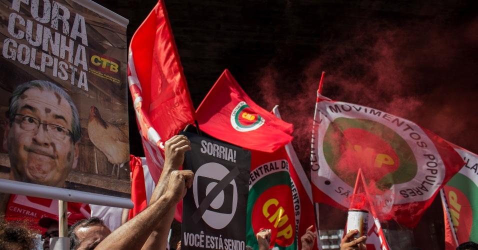 18.mar.2016 - Diversas organizações e movimentos sociais que compõem a Frente Brasil Popular e a CUT se concentram no vão livre do Masp, na avenida Paulista, em São Paulo, para ato a favor da presidente Dilma Rousseff e do ex-presidente Lula