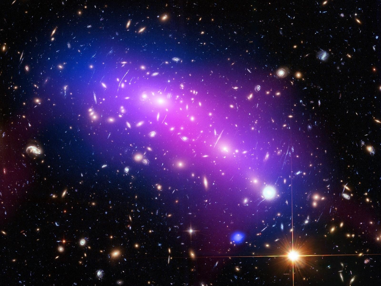 21.mar.2016 - CALEIDOSCÓPIO CÓSMICO - A imagem é linda e pode dar sensação de calmaria, mas a névoa multicolorida mostra a colisão de dois aglomerados de galáxias, que se tornam um único objeto, conhecido como MACS J04161-2403. O objeto está localizado a cerca de 4,3 bilhões de anos-luz da Terra, na constelação de Eridanus, e para conseguir a foto os astrônomos precisaram juntar imagens de três telescópios diferentes: um do observatório de raios-x da Nasa (Agência Espacial Norte-Americana), o telescópio Hubble e um aparelho da Fundação Nacional da Ciência