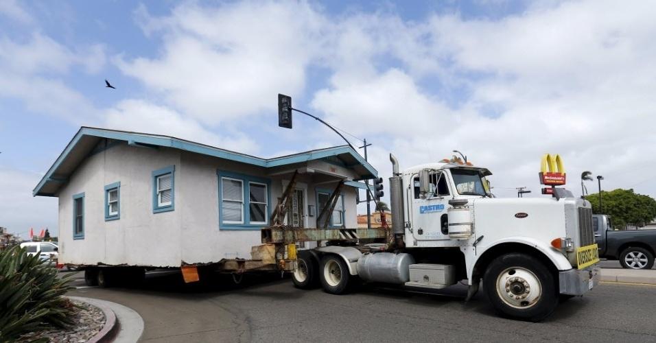 28.mar.2016 - Uma casa antiga é transportada para ser reciclada e revendida em San Diego, na Califórnia, Estados Unidos