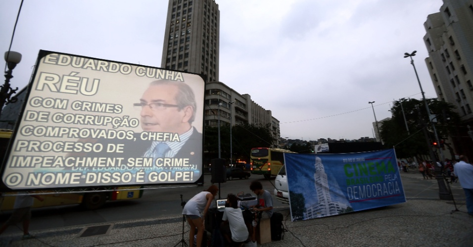29.mar.2016 - Telão com o rosto de Eduardo Cunha (PMDB-RJ) é instalado no centro do Rio de Janeiro em manifestação de ativistas e profissionais do cinema pela democracia e contra o impeachment da presidente Dilma Rousseff