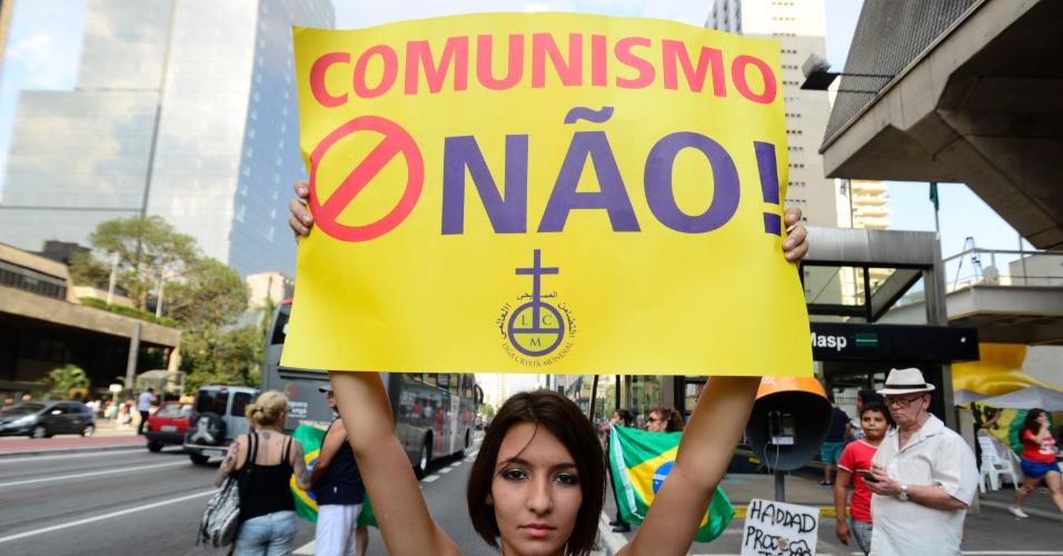 16.abr.2016 - Manifestante participa de ato a favor do impeachment de Dilma Rousseff na avenida Paulista, em São Paulo. Ao mesmo tempo, um grupo de motociclistas faz uma carreata no local pedindo o afastamento da presidente