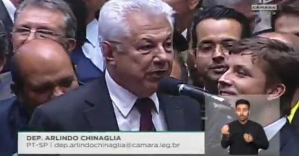 17.abr.2016 - O deputado Arlindo Chinaglia (PT-SP) votou contra o impeachment da presidente Dilma Rousseff