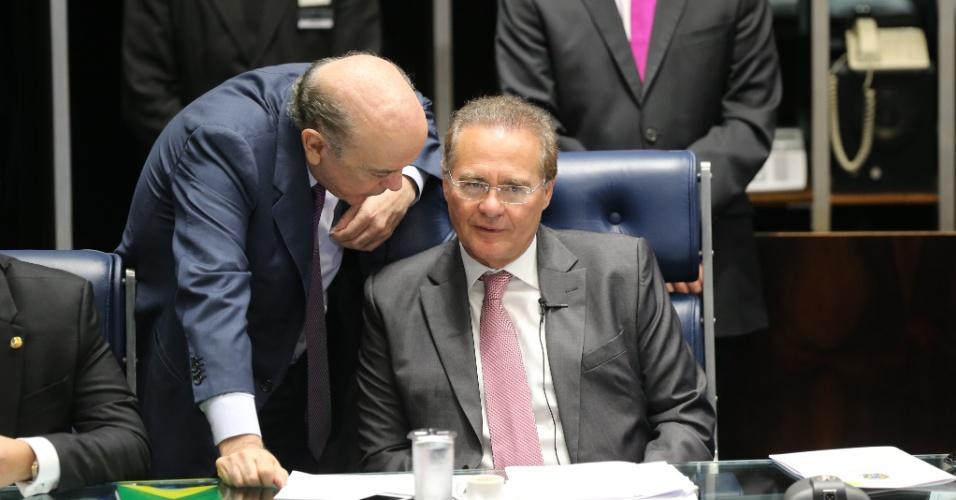 25.abr.2016 - O senador José Serra (PSDB-SP) conversa com o presidente do Senado, Renan Calheiros (PMDB-AL) durante sessão que define a composição da comissão que analisará o impeachment da presidente Dilma Rousseff no Senado