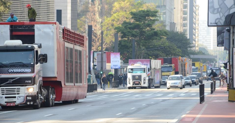 28.mai.2016 - Caminhões dos trios elétricos são preparados na avenida Paulista antes do início da  Parada de Orgulho LGBT, na manhã deste domingo