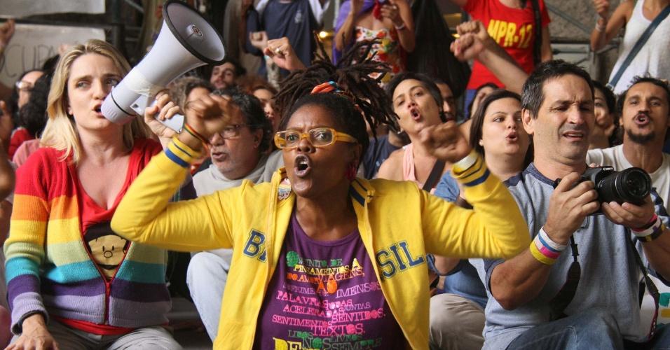 30.mai.2016 - Manifestantes que ocupam o Palácio Capanema, no centro do Rio de Janeiro (RJ), protestam contra o presidente interino, Michel Temer (PMDB)