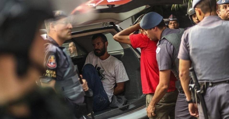 1º.jun.2016 - Manifestante é detido por Policiais Militares durante um protesto contra o governo do presidente interino, Michel Temer (PMDB), na avenida Paulista, em São Paulo. Os manifestantes ocuparam o prédio da Secretaria da Presidência da República em São Paulo