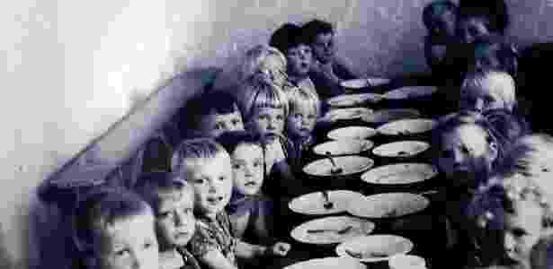 Fotografia mostra as crianças da Colônia Dignidade, atualmente Villa Baviera (Chile) - Villa Baviera - Villa Baviera
