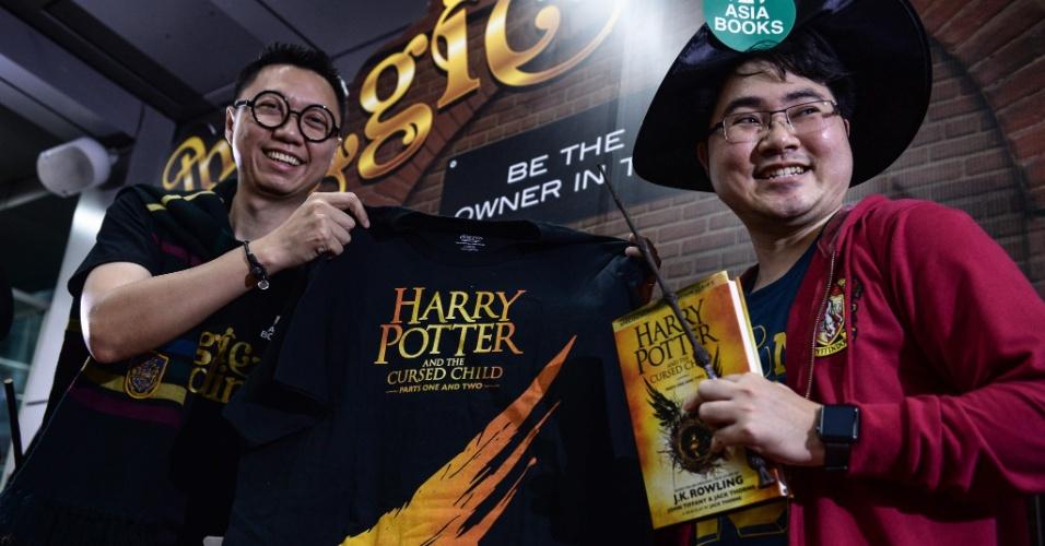 30.jul.2016 - Em Bangkok, na Tailândia, fãs se reúnem para comemorar o lançamento do novo livro da saga Harry Potter, chamado 'Harry Potter and the Cursed Child'. Por todo o mundo, festas de lançamento do livro que será disponibilizado oficialmente neste domingo (31), dia do aniversário do bruxo, atraem jovens e adultos ávidos pela continuação da série escrita pela britânica J. K. Rowling. O último livro da série foi lançado em 21 de julho de 2007 e bateu recordes de vendas com onze milhões de cópias em 24 horas