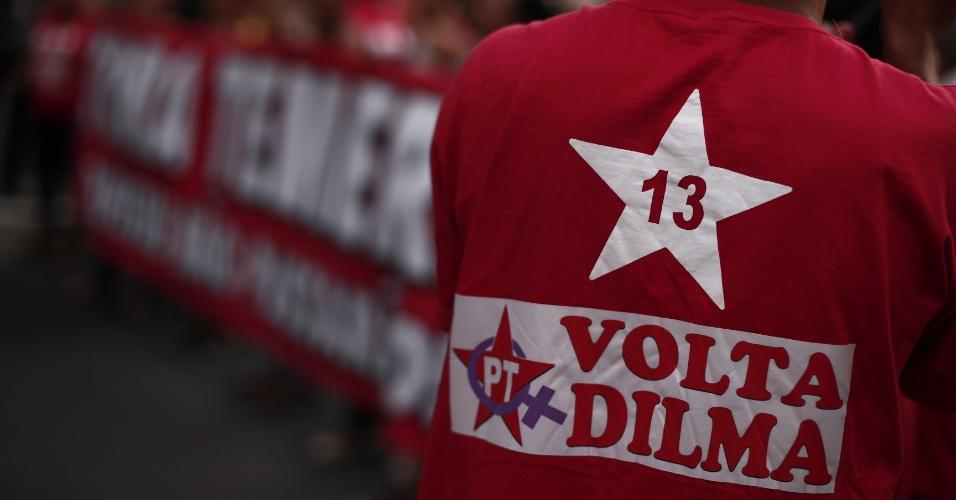 29.ago.2016 - Manifestantes fazem ato em apoio à presidente afastada Dilma Rousseff e contra o interino Michel Temer na avenida Paulista, região central de São Paulo