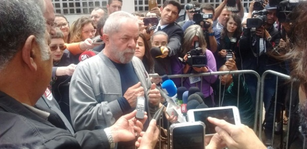 O ex-presidente Lula fala com jornalistas após votar em São Bernardo (SP)