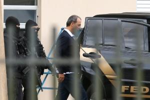 17.dez.2016 - Cabral no Aeroporto Internacional de Curitiba, ao retornar para o presídio de Bangu 8, no Rio