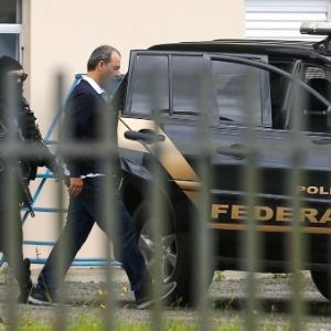 17.dez.2016 - Cabral no Aeroporto Internacional de Curitiba, ao retornar para o presídio de Bangu 8, na zona oeste do Rio