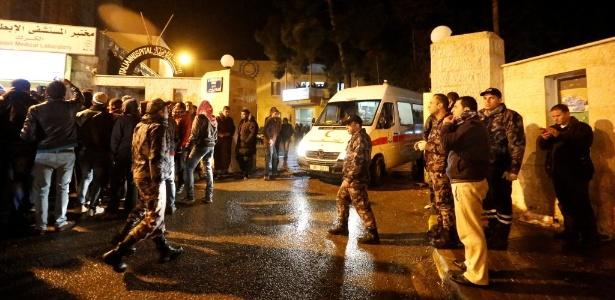 Movimentação em frente ao Hospital Italiano, para onde foram levadas vítimas dos ataques em Karak