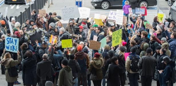 28.jan.2017 - Manifestantes protestam no aeroporto JFK, em Nova York, contra a ordem executiva de Donald Trump que veta a chegada de refugiados e cidadão de sete países