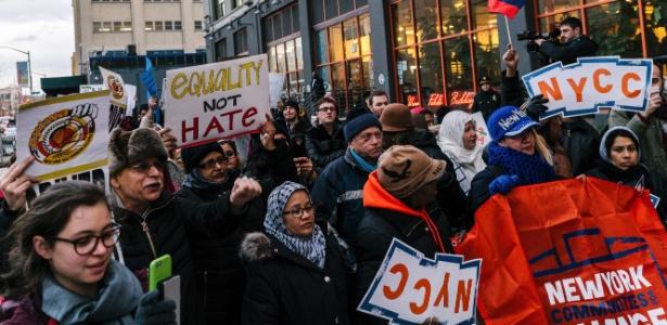 Manifestantes fazem protesto diante da sede do Uber, em San Francisco, depois que o CEO da empresa, Travis Kalanick, se encontrou com o presidente Trump
