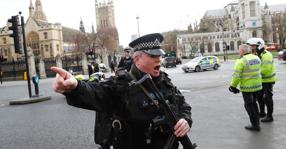 22.mar.2017 - Policiais armados fecham área externa do Parlamento britânico, em Londres, após possível atentado terrorista. Segundo relatos, houve tiroteio no local, que deixou feridos