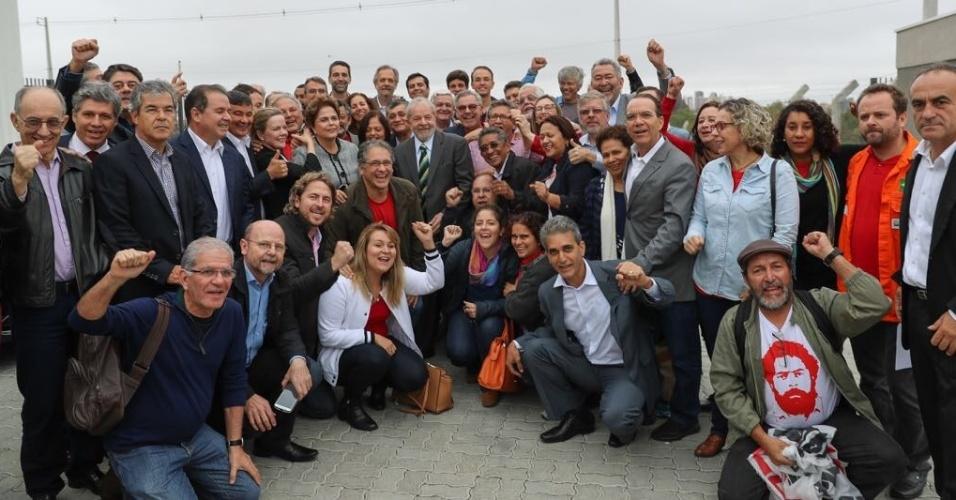 10.mai.2017 - Ao chegar em Curitiba, ex-presidente Luiz Inácio Lula da Silva é recebido por lideranças do PT (Partido dos Trabalhadores), de centrais sindicais e movimentos sociais