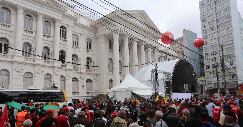 10.mai.2017 - Manifestantes protestam na praça Santos Andrade em apoio ao ex presidente Luiz Inácio Lula da Silva que irá depor hoje na Justiça federal ao juiz Sergio Moro em um dos desdobramentos da operação Lava Jato