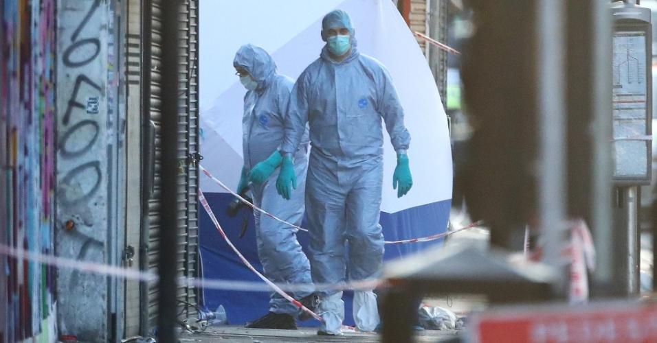 19.jun.2017 - Oficiais forenses trabalham na cena do atropelamento, nas proximidades de mesquita, no norte de Londres