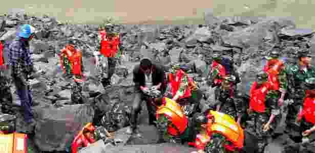 24.jun.2017 - Militares chineses e resgatistas buscam sobreviventes após o deslizamento no sudoeste da China - STR/AFP - STR/AFP