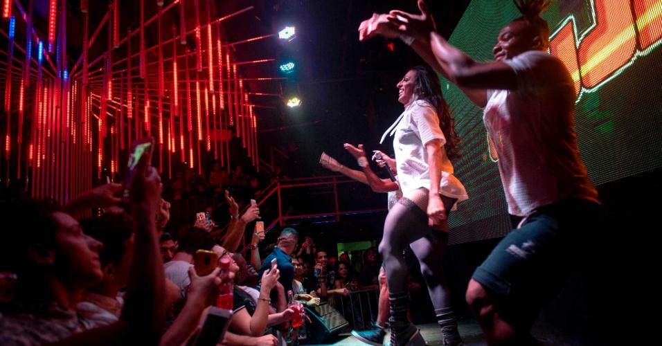 30.jul.2017 - A cantora trans MC Pepita faz apresentação em clube LGBT no centro do Rio de Janeiro