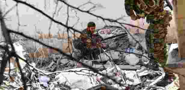 Soldados das Forças Democráticas da Síria (SDF) procuram por sinais de jihadistas do grupo Estado Islâmico - BULENT KILIC/AFP