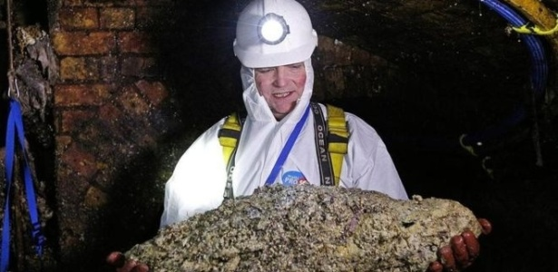 Um técnico de esgoto segura um 'fatberg' em um túnel de Londres