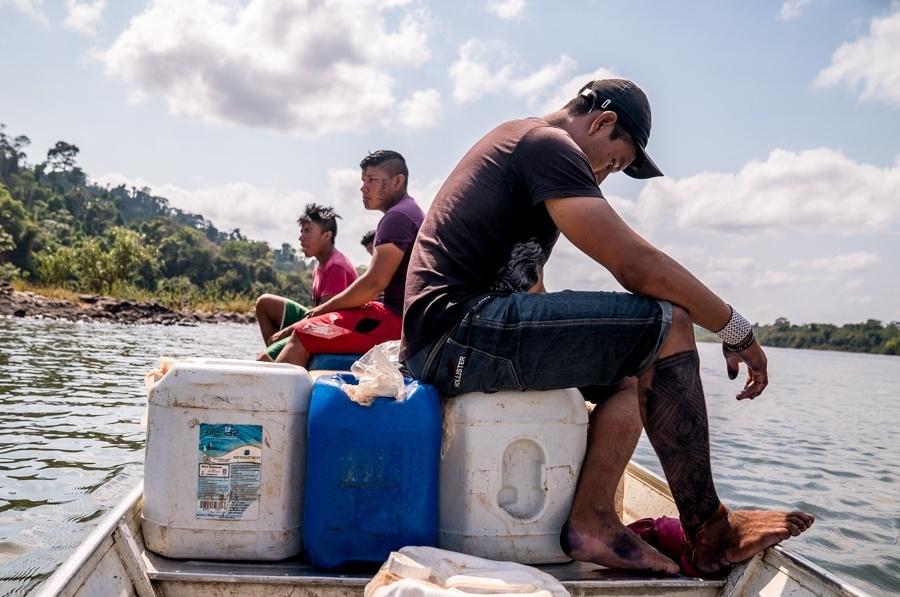 Os índios Arara recebem auxílio das empresas que executam o Plano Básico Ambiental de Belo Monte. Na foto, parte do carregamento de combustível, óleo e material de pesca é levado para aldeia Iriri (PA)