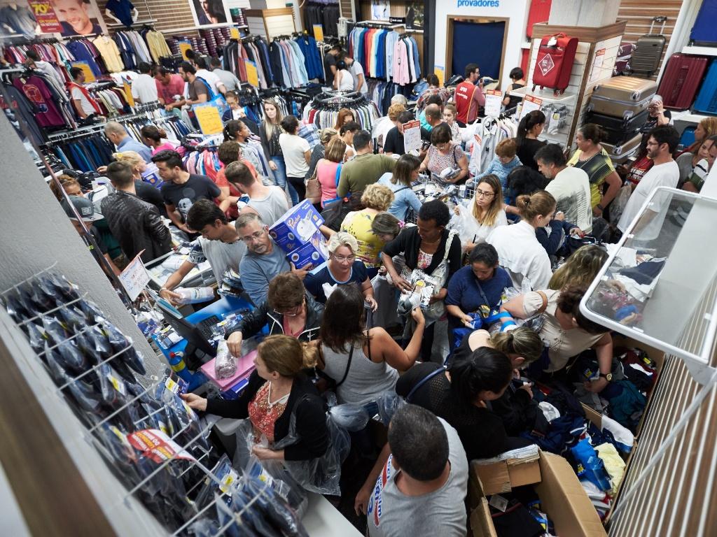 a37865139b3 Economia - Geral. 5.jan.2018 - Consumidores durante a liquidação promovida  pela rede de lojas Magazine ...