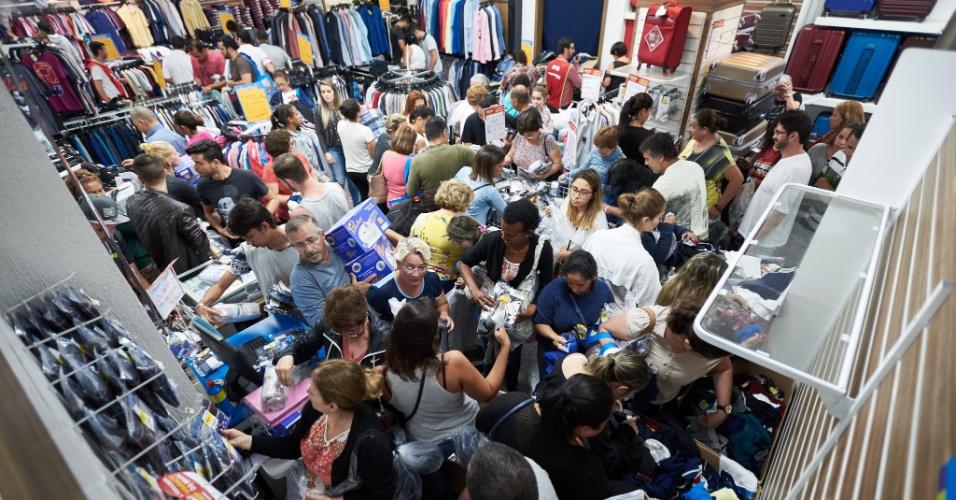 5.jan.2018 - Consumidores durante a liquidação promovida pela rede de lojas Magazine Luiza, em Franca, interior de São Paulo, nesta sexta- feira (05)