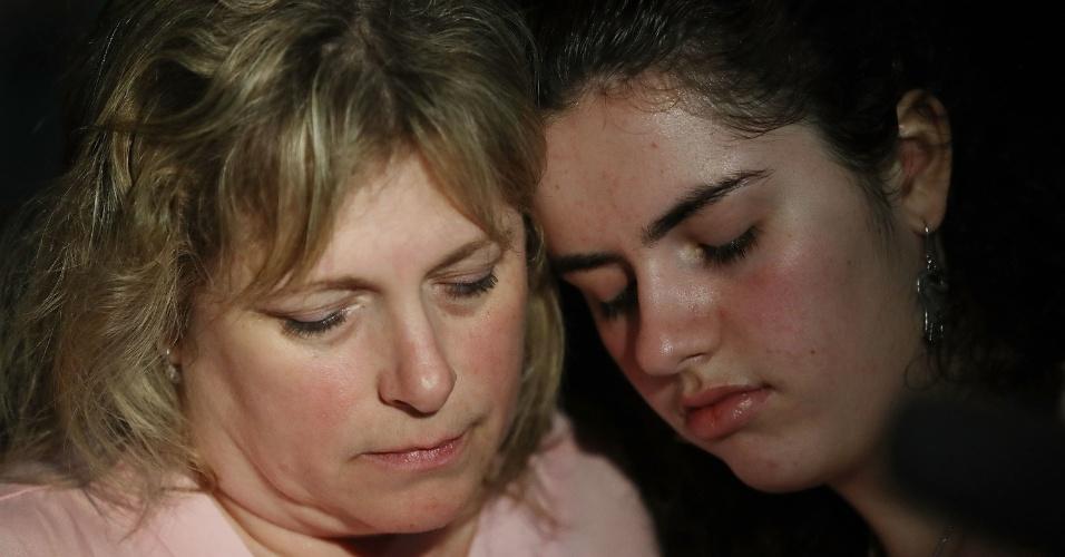 """Sarah Crescitelli (dir.) e sua mãe, Stacy, após sobreviver ao ataque a tiros na escola Marjory Stoneman Douglas, na Flórida. Ela chegou a escrever uma mensagem de texto para a mãe em tom de despedida. """"Se eu não sair desta, eu te amo e agradeço tudo o que fez por mim"""""""