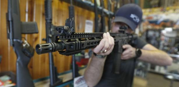 Americano segura uma AR-15 a venda em uma loja em Utah, EUA