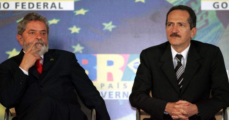 22.dez.2005 - O então presidente Luiz Inácio Lula da Silva com o então ministro Aldo Rebelo em cerimônia no Palácio do Planalto