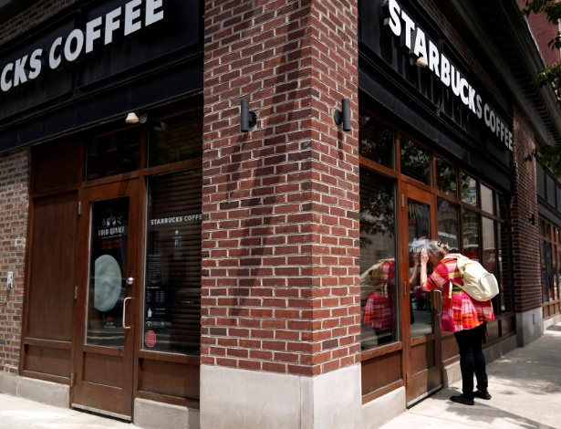 Loja da Starbucks fechada para treinamento contra preconceito na Filadélfia